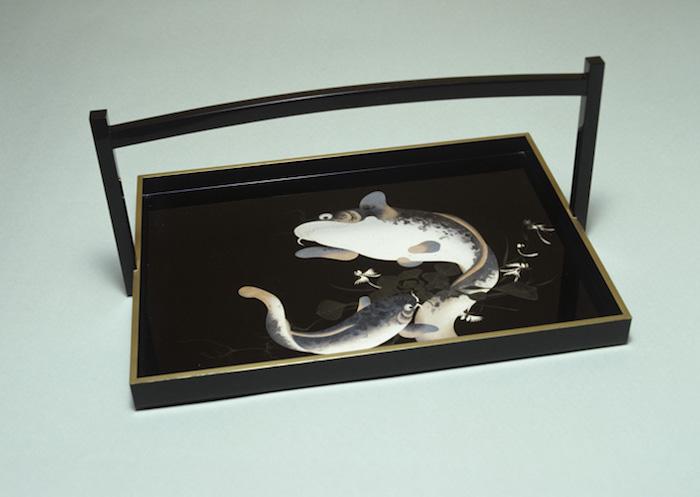 彩漆鯰模様手付盃盆の画像
