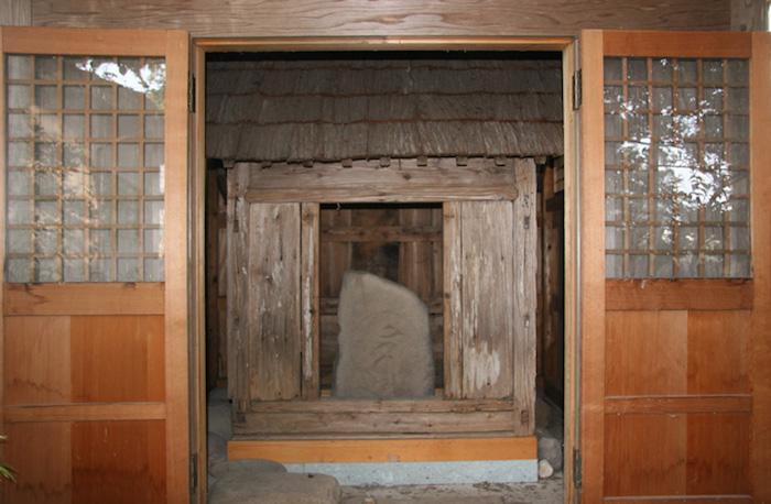 井口神明宮板碑と覆屋の画像
